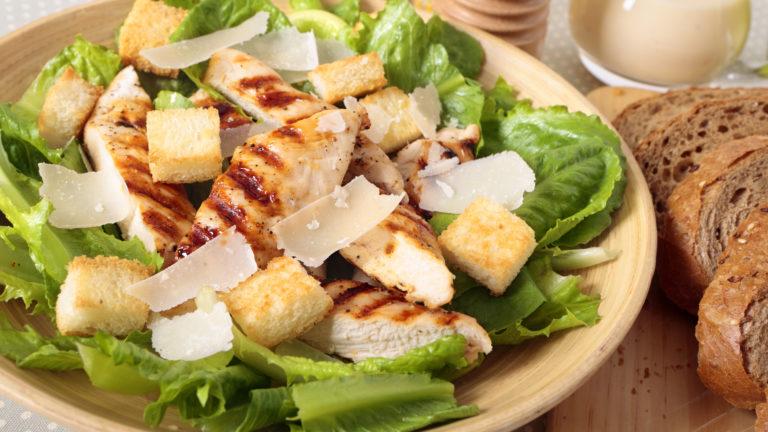 Salade c sar au poulet grill royal bernard - Recette salade cesar au poulet grille ...
